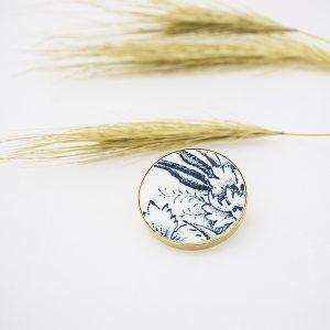 une broche, bijou originale et unique fabriquée à partir d'un morceau d'assiette ancienne