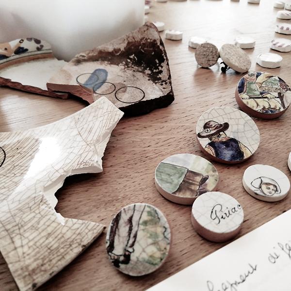 Des morceaux de céramiques anciens retrouvés dans le jardin famille, la base du concept de l'atelier Vézanne